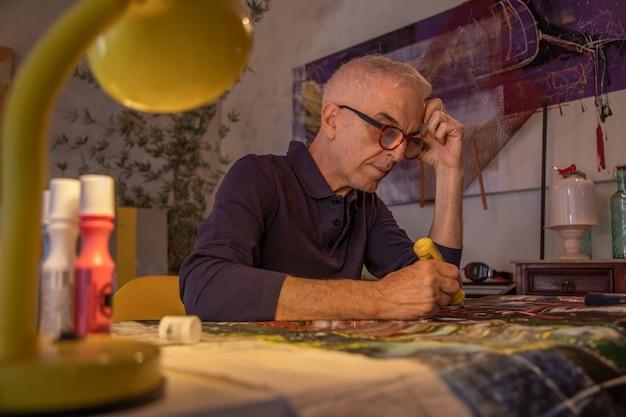 Artiste, homme d'âge moyen, peinture ou dessin numérique sur toile