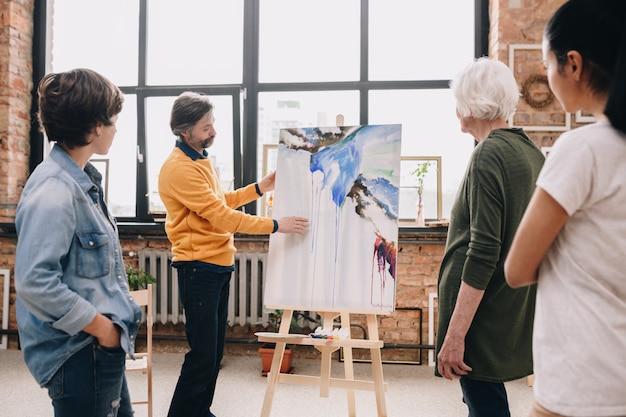 Artiste mature présentant la peinture