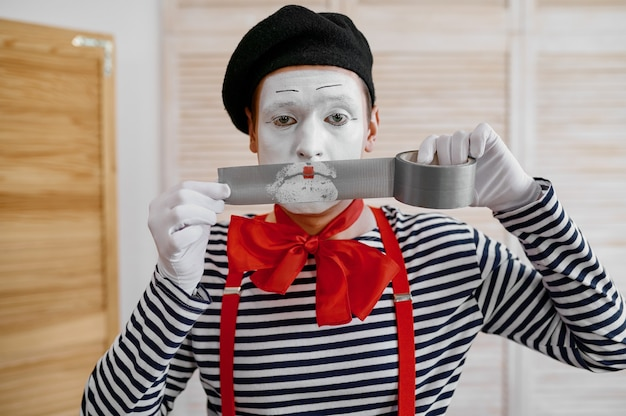 Artiste mime avec ruban adhésif, comédie parodique
