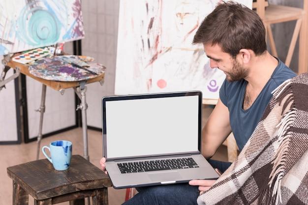 Artiste avec ordinateur portable
