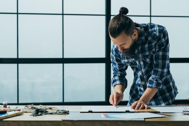 Artiste peignant dans son espace de travail de studio