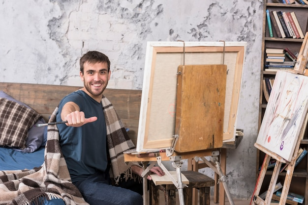 Artiste peignant en studio