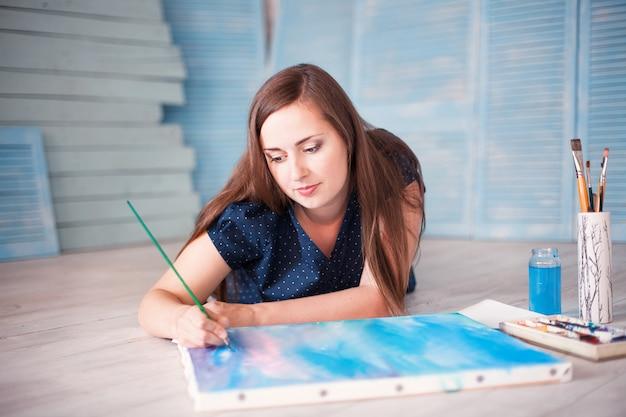Artiste sur la peinture au sol