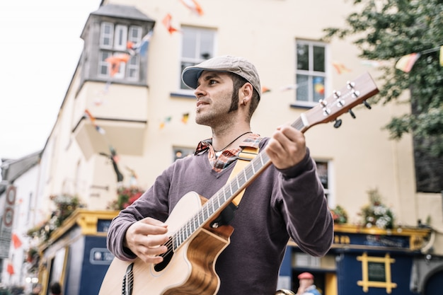 Artiste de rue jouant de la guitare