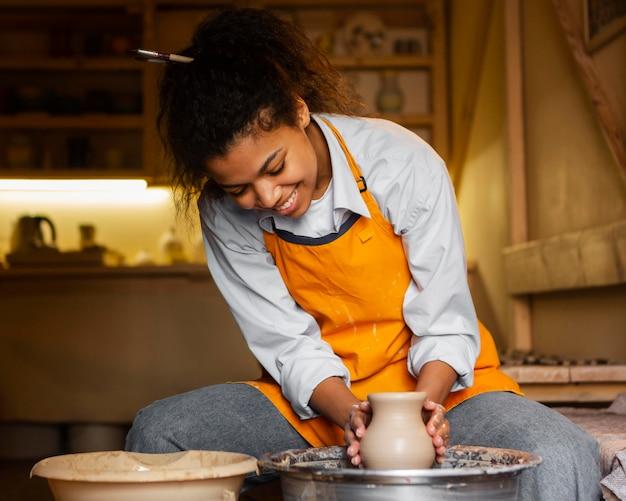 Artiste smiley faisant de la poterie