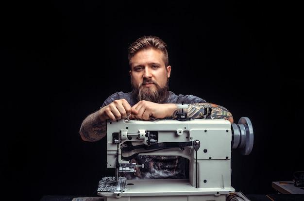 Artiste travaillant avec le cuir exécutant le travail du cuir sur une nouvelle pièce de produit