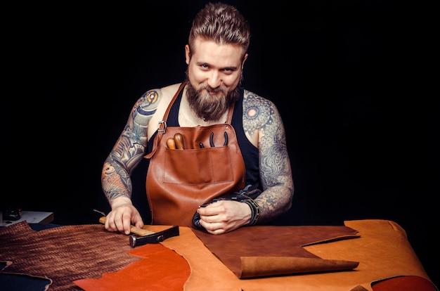 Artiste travaillant avec le cuir forme un nouveau produit en cuir