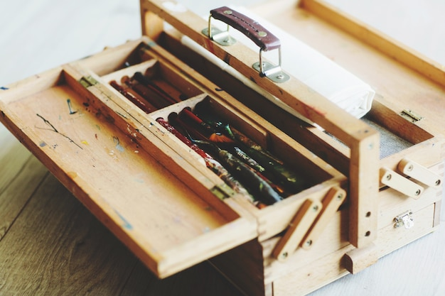Artiste valise pliante en bois avec pinceaux, peinture