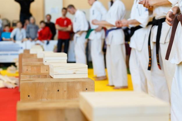 Les artistes martiaux brisent les planches de bois