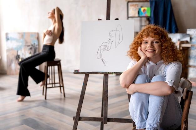 Artistes de plan moyen à l'atelier