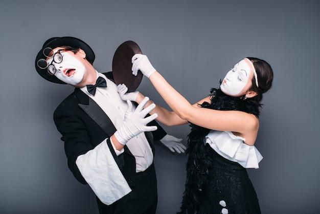 Les artistes de théâtre de pantomime avec poêle à frire. comédie d'acteurs mime effectuant