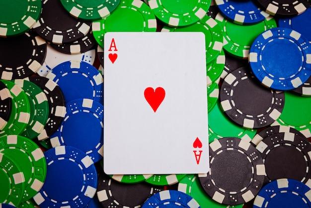 As de ver se poser sur gros plan jetons de poker