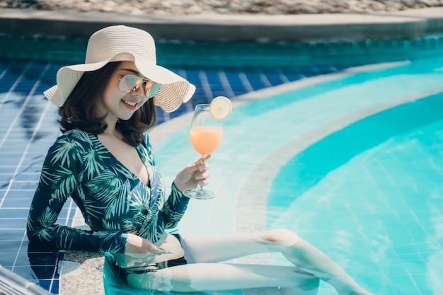 Asain, les femmes en bikini profitent des vacances d'été