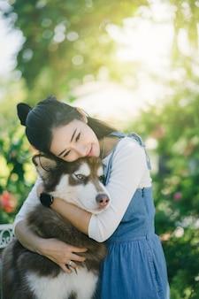 Asain jolie jeune femme étreignant son chien