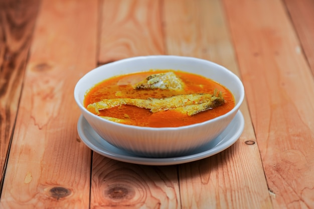 Asam pedas ou traduit par spicy hot sour curry normalement cuit avec du poisson populaire en malaisie