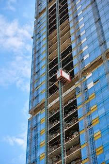 Ascenseur sur un gratte-ciel en verre en construction