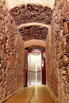 L'ascenseur monte au sommet de la colonne de colomb à barcelone. espagne.