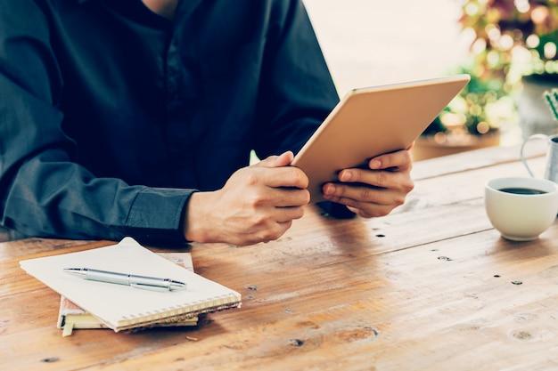 Asia man using tablette sur table en café avec filtre vintage tonifié.
