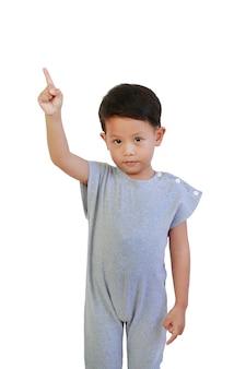 Asian baby boy age d'environ 3 ans à la caméra et pointer l'index vers le haut isolé sur fond blanc avec un tracé de détourage