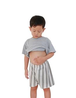 Asian baby boy age d'environ 3 ans soulevant sa chemise show exposant son gros ventre isolé sur fond blanc avec un tracé de détourage