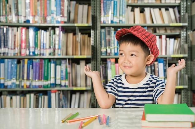 Asian boy dans l'école de la salle de bibliothèque