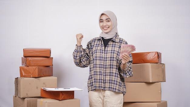 Asian businesswoman faire de l'argent isolé sur fond blanc