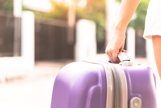 Asiat tenant grand sac violet est arrivé à la maison