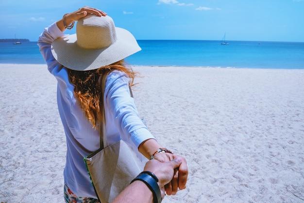 Asiatique amoureux couple femmes et hommes voyagent nature
