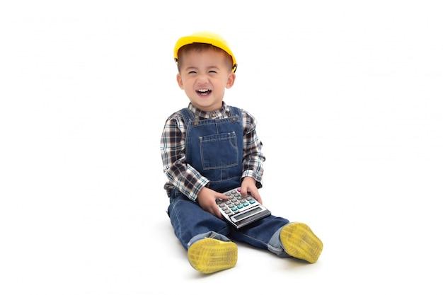 Asiatique bébé thaïlandais vêtu d'un costume d'ingénieur avec un casque