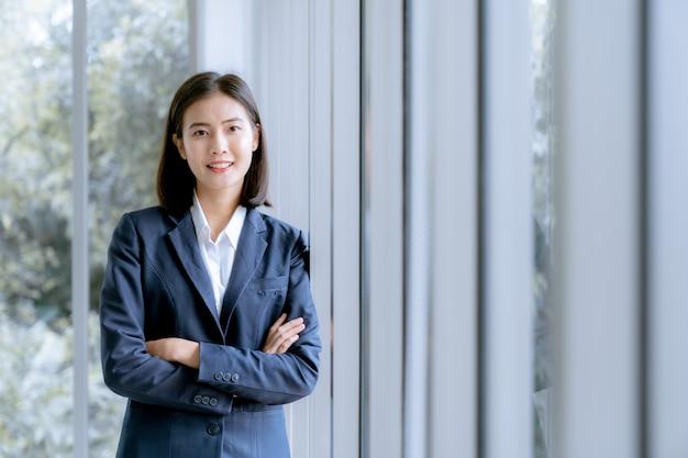 Asiatique belle jeune femme d'affaires en costume