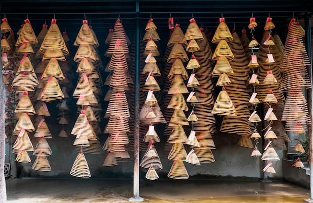 Asiatique circulaire encens brûlant accrocher sur rail dans le temple