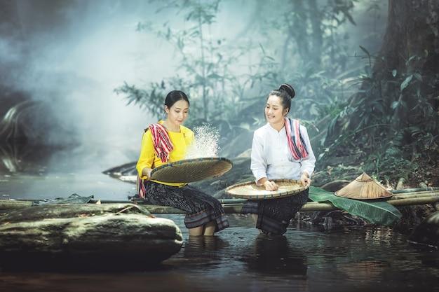 Asiatique deux belles femmes en robe traditionnelle en ségrégation de riz.