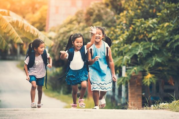 Asiatique, élève, enfants, sac à dos, courant, aller, école, ensemble