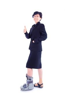 Asiatique, femme affaires, attelle jambe, debout, sur, fond blanc