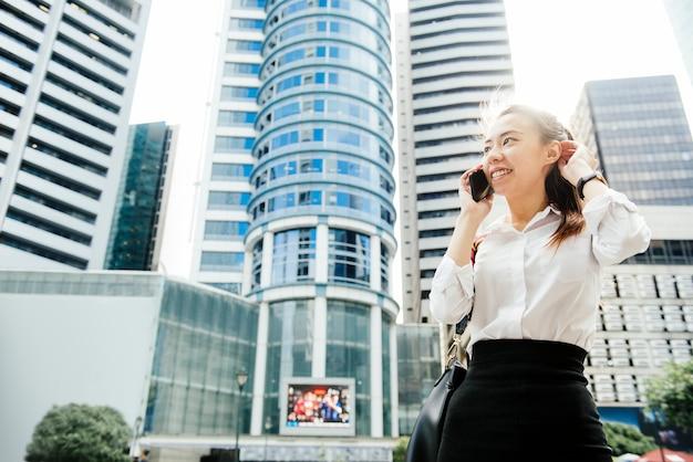 Asiatique femme d'affaires dans une ville