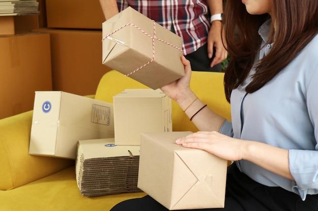 Asiatique, femme affaires, emballage, colis, livrer, à, client