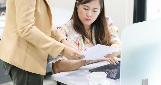 Asiatique femme d'affaires sérieuse sur le travail et à l'aide de cahier