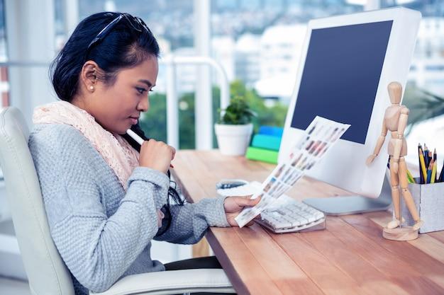 Asiatique, femme affaires, tenue, feuille papier, dans, bureau