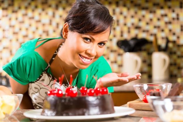 Asiatique, femme, cuisson, gâteau chocolat, dans, cuisine
