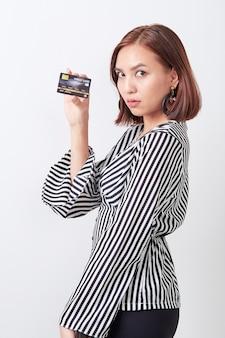 Asiatique femme détenant une carte de crédit
