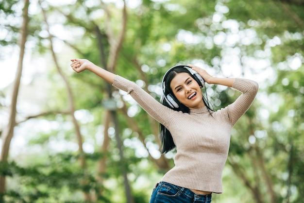 Asiatique femme écoutant de la musique préférée au casque. bonne heure et se détendre.