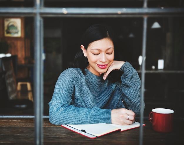 Asiatique femme écrivant des notes