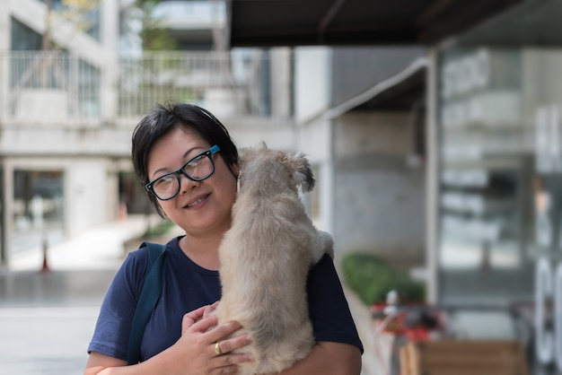 Asiatique femme étreignant chien si mignon au café