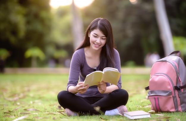 Asiatique femme étudiante sur le campus