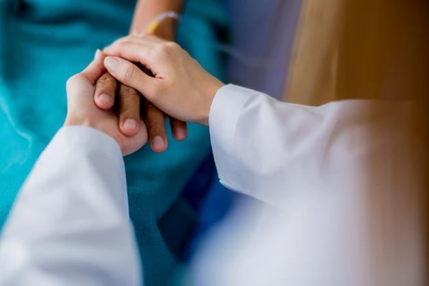 Asiatique femme médecin encourageant et favorable au patient de cansor après consultation et examen
