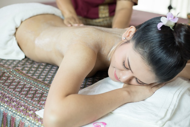 Asiatique, femme, obtenir, thai, massage, compresse herbal, dans, spa