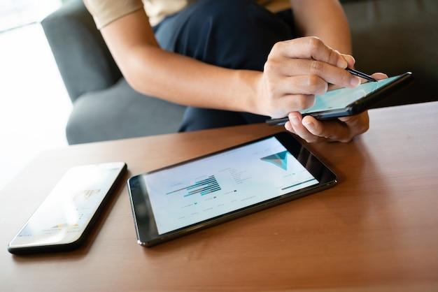 Asiatique femme regardant des cartes sur son téléphone portable assis au café