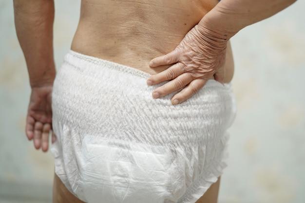 Asiatique femme senior patient portant une couche d'incontinence à l'hôpital.