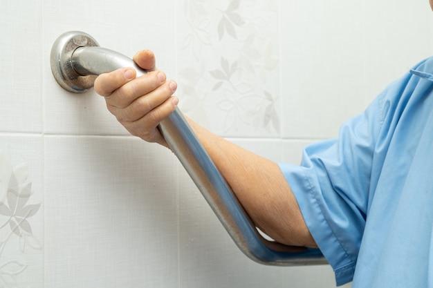 Asiatique femme senior patient utiliser la sécurité de poignée de salle de bains toilettes