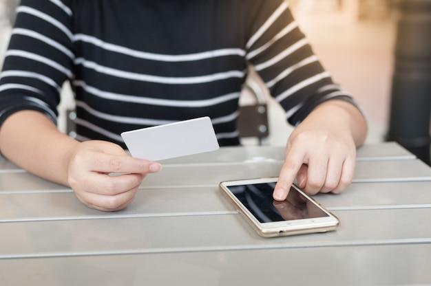 Asiatique femme tenant une carte de crédit